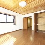天井板張りの洋室
