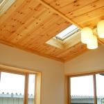 パイン材の天井に天窓