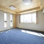 パイン材の天井と珪藻土の壁